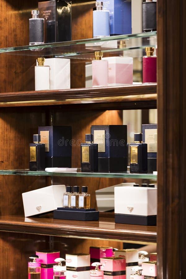 Produkte und Produkte des stilvollen Lebens im Prada-Speicher in der Stadt von Mailand in Italien lizenzfreie stockbilder