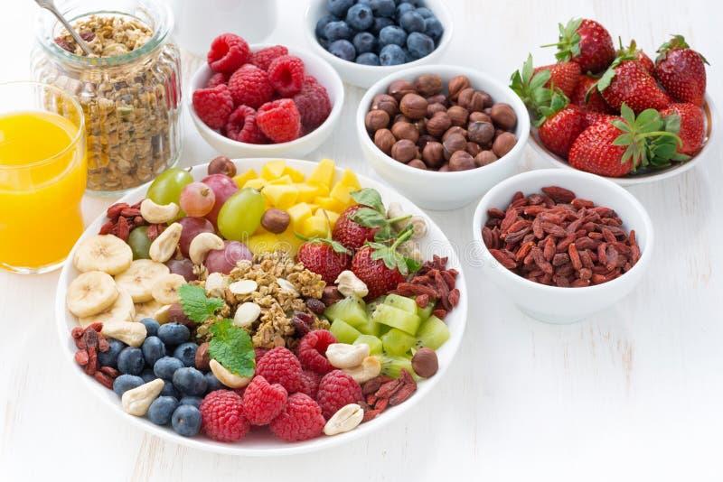Produkte zum ein gesundes Frühstück - Beeren, Frucht und Getreide lizenzfreie stockfotos