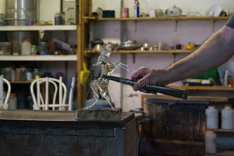 Produkten av en hantverkare en crystal/glass häst i en arbetsstudio royaltyfri fotografi