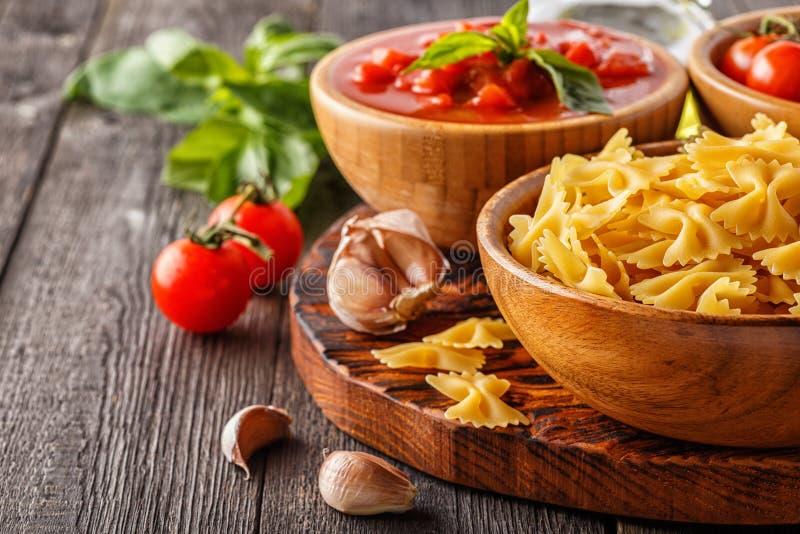 Produkter för att laga mat - pasta, tomater, vitlök, olivolja royaltyfri foto