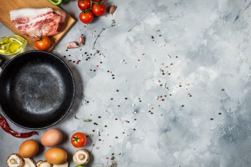 Produkter för frukost, ägg, bacon, grönsaker, örter på stenbakgrund, bästa sikt med kopieringsutrymme arkivfoton