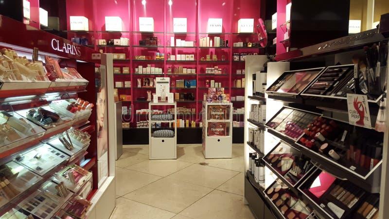 Produkter för skönhet, kroppomsorg och smink dofter Shoppa hyllor arkivfoto
