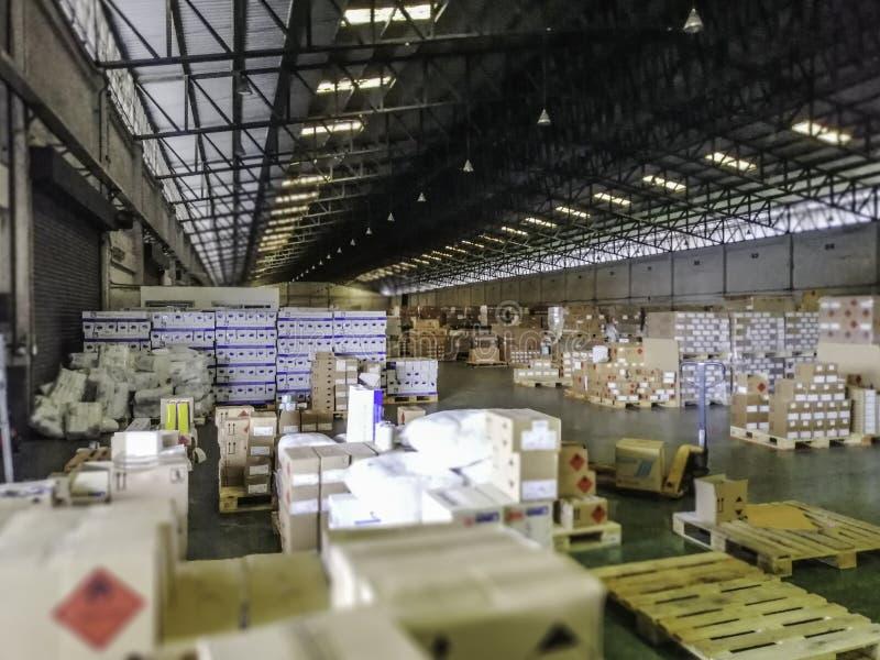 Produkter i ett stort lager Inom ett stort gammalt lager royaltyfri fotografi