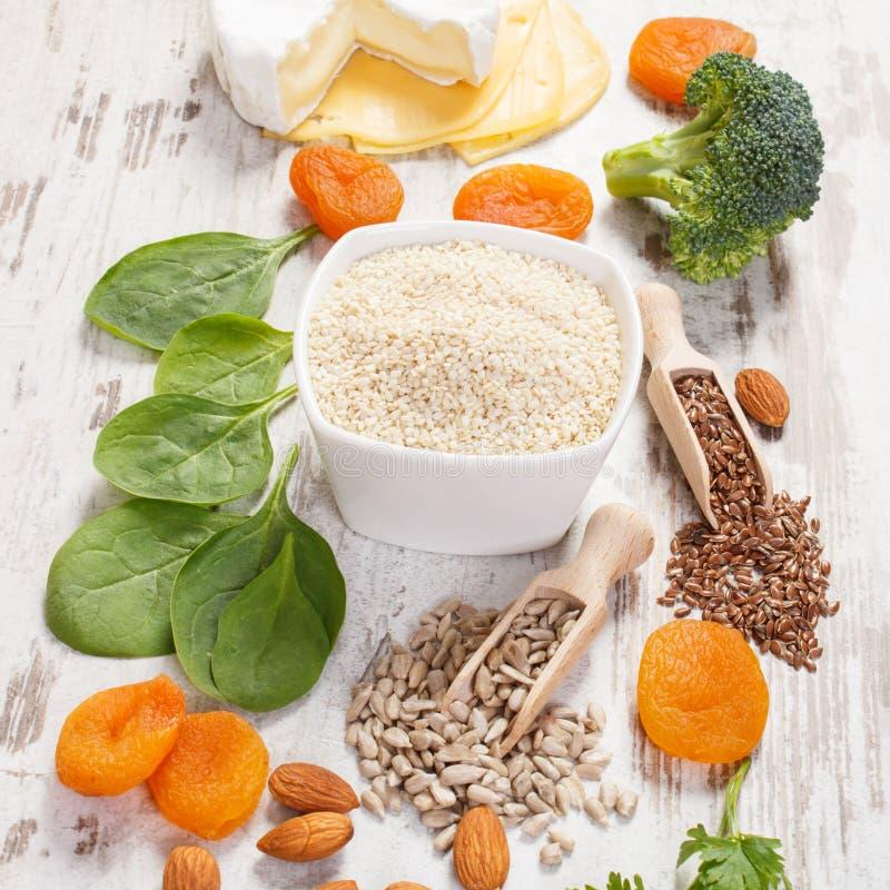 Produkter och ingredienser som innehåller kalcier och diet-fiber, sund näring royaltyfria bilder