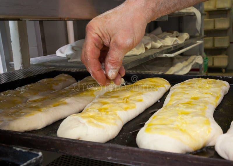 Produktion av bakat bröd med en träugn i ett bageri royaltyfria foton