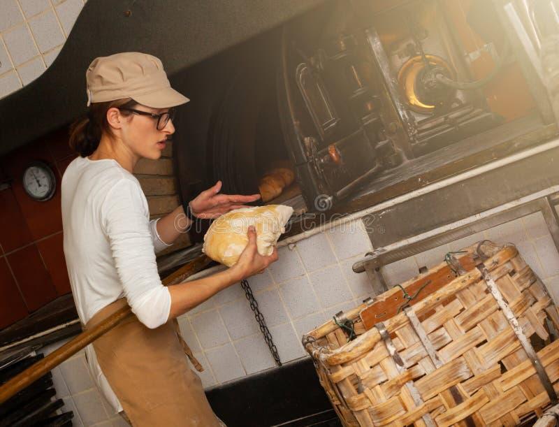 Produktion av bakat br?d med en tr?ugn i ett bageri royaltyfri foto