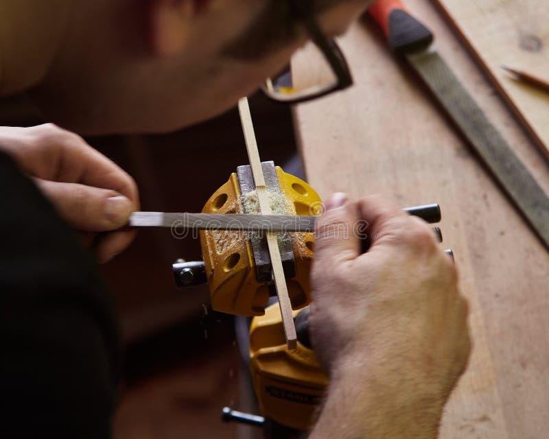 Produktion av den klassiska gitarren royaltyfri bild