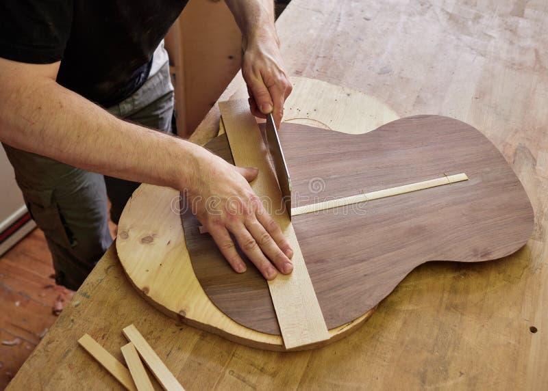 Produktion av den klassiska gitarren arkivbilder