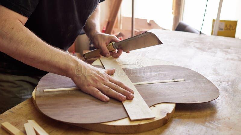 Produktion av den klassiska gitarren royaltyfri fotografi