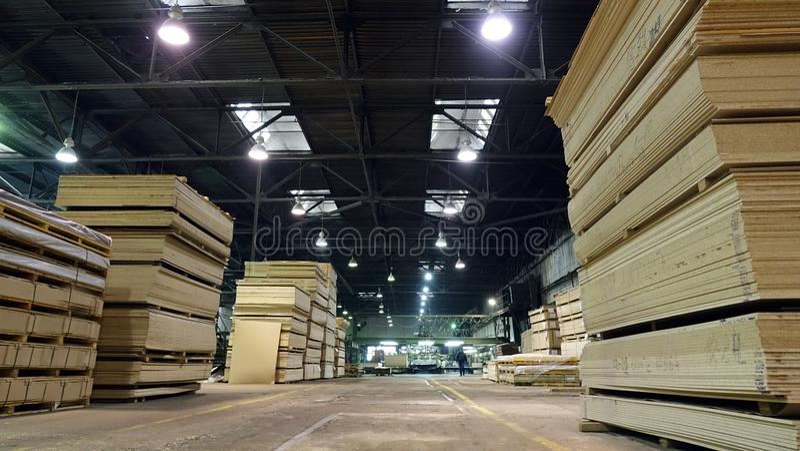 Produktion av den pl?terade tr?fiberplattan Fibreboardark f?r m?blemangproduktion royaltyfria foton
