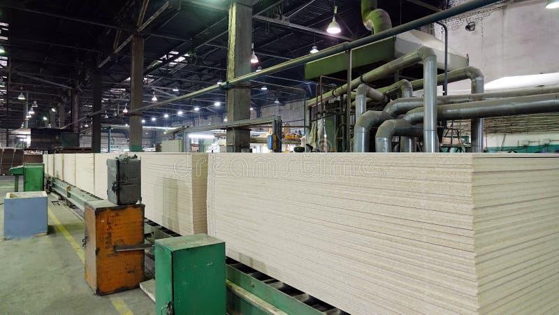 Produktion av den pl?terade tr?fiberplattan Fibreboardark f?r m?blemangproduktion fotografering för bildbyråer
