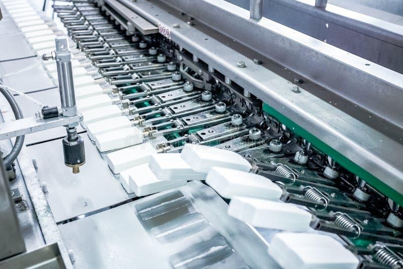 Produktion av glass p? fabriken fotografering för bildbyråer