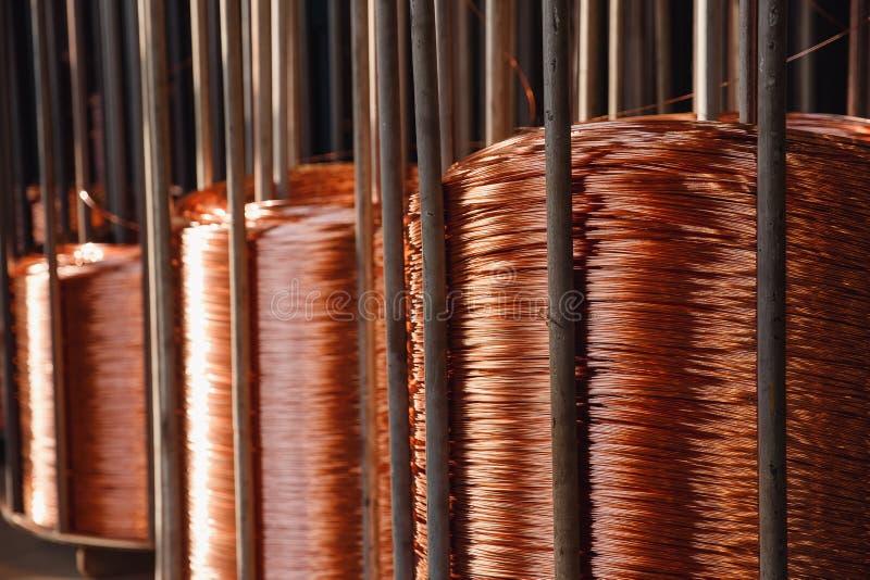 Produktion av koppartråd, brons kabel i rullar på fabriken royaltyfria foton