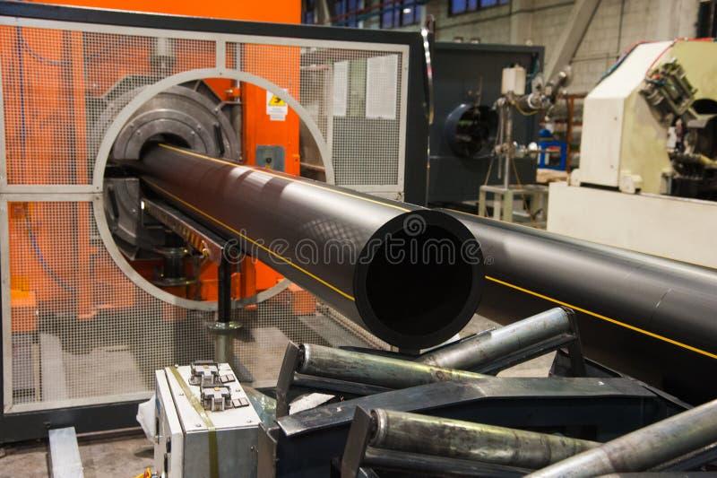Produktion av plast- vattenrör i fabriken royaltyfria bilder