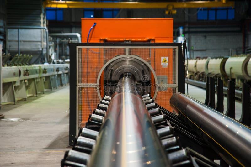 Produktion av plast- vattenr?r i fabriken arkivfoto