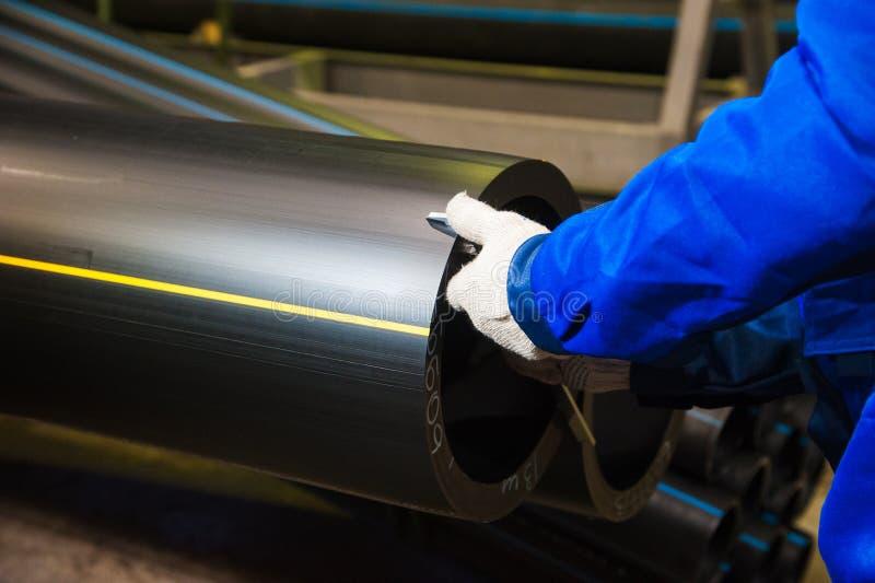 Produktion av plast- vattenr?r i fabriken royaltyfri bild