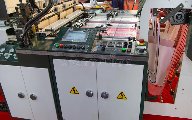 Produktion av plastpåsen, Extruder arkivbild