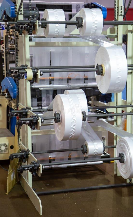 Produktion av plastpåsen, Extruder royaltyfri bild