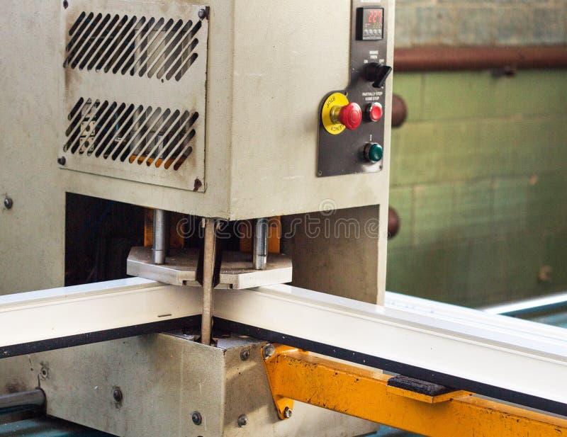 Produktion av pvc-fönster, att limma av plast- hörn av fönster, bearbetar med maskin för tillverkning av pvc-fönster, profil arkivbild
