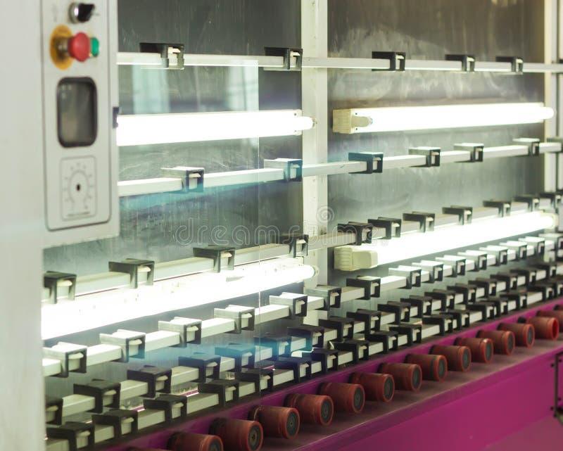 Produktion av PVC-fönster och dubblett-glasade fönster, en linje för tvätt och att torka av exponeringsglas för tillverkning av s royaltyfria foton