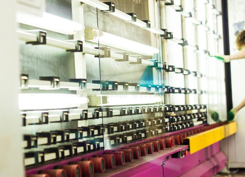 Produktion av PVC-fönster och dubblett-glasade fönster, en linje för tvätt och att torka av exponeringsglas för tillverkning av s arkivfoto
