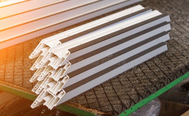 Produktion av pvc-fönster, plast-pvc-profil ligger på tabellen, närbilden, avsnitt royaltyfri bild