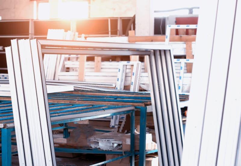 Produktion av PVC-fönster, plast-pvc-ramar, sol, shoppar royaltyfri bild