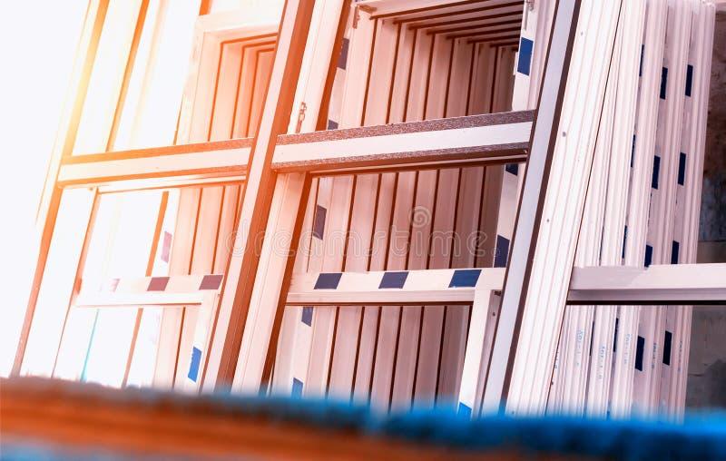 Produktion av pvc-fönster, stora pvc-ramar, sol, fönsterram, pvc royaltyfri foto
