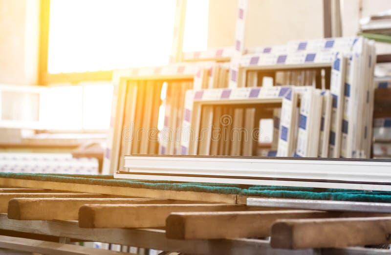 Produktion av pvc-fönster, stora pvc-ramar, sol, fönsterram, pvc fotografering för bildbyråer
