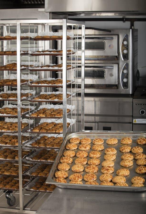 Produktion av smakliga kakor arkivbild
