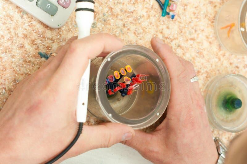 produktion av tand- implantat arkivbilder