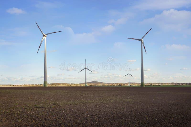 Produktion der alternativen Energie, der Sonnenkollektoren und der Windgeneratoren im Herbst lizenzfreies stockbild