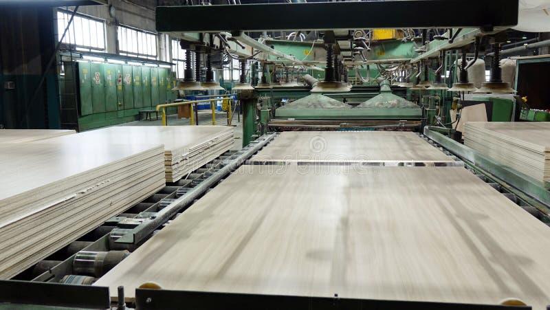 Produktion der lamellierten Holzfaserplatte Holzfaserplattenbl?tter f?r M?belproduktion stockfotos