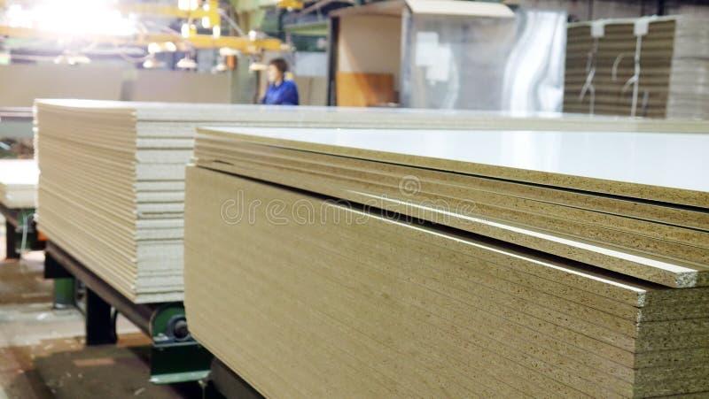 Produktion der lamellierten Holzfaserplatte Holzfaserplattenbl?tter f?r M?belproduktion lizenzfreies stockfoto