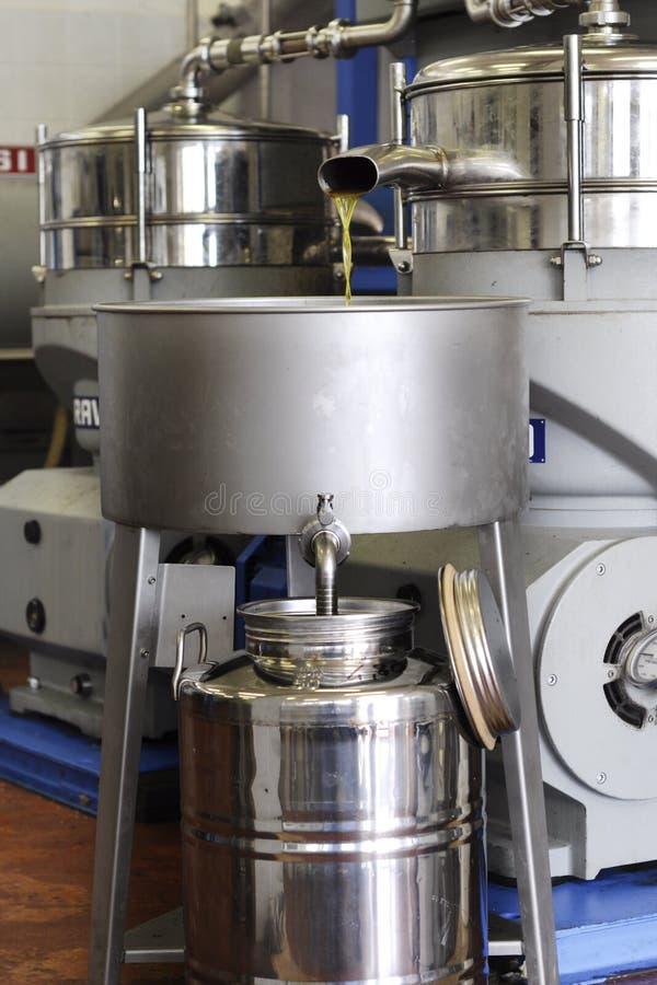 Download Produktion des Olivenöls stockfoto. Bild von behälter - 27727458