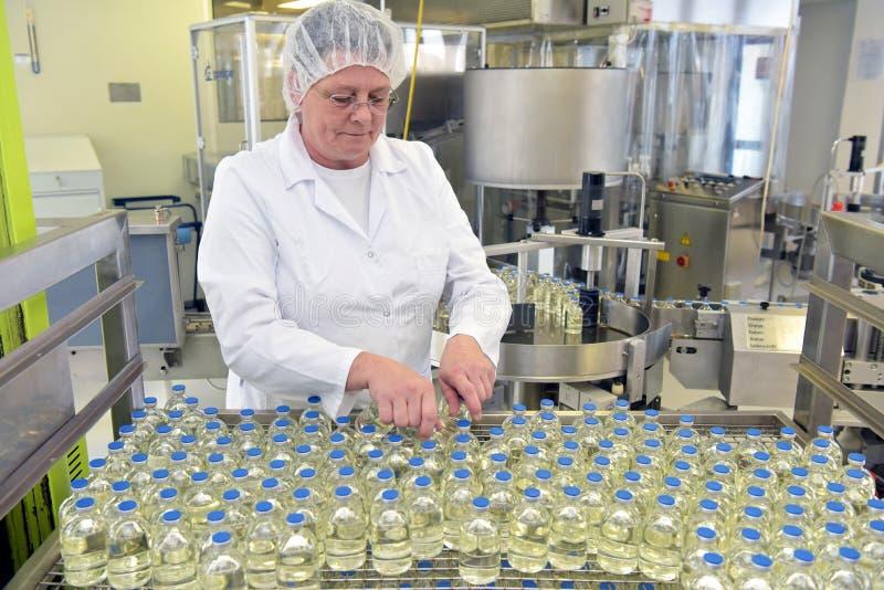 Produktion und Füllen von Drogen in einem pharmazeutischen Fördererbel stockbilder