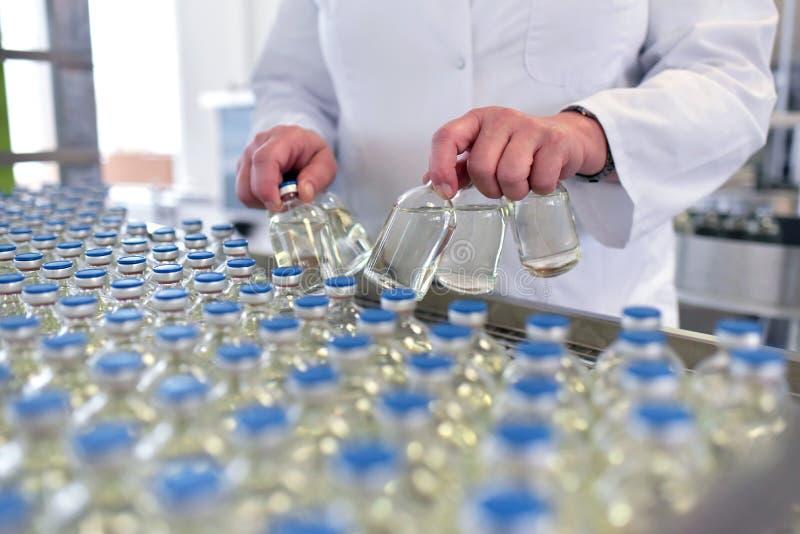 Produktion und Füllen von Drogen in einem pharmazeutischen Fördererbel lizenzfreie stockfotos