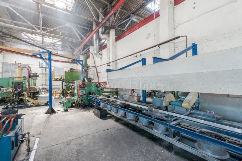 Produktion von Aluminiumprofilen für Fenster und Türen lizenzfreie stockfotografie