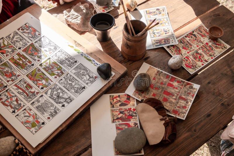 Produktion von Spielkarten Manuelle Arbeit lizenzfreies stockfoto