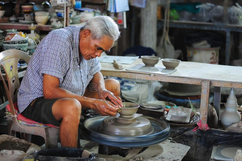 Produktion von Tonwaren in der kleinen Werkstatt stockfotos