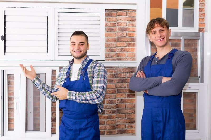 Produktionarbetare med det olika PVC-fönstret med slutaren royaltyfria foton