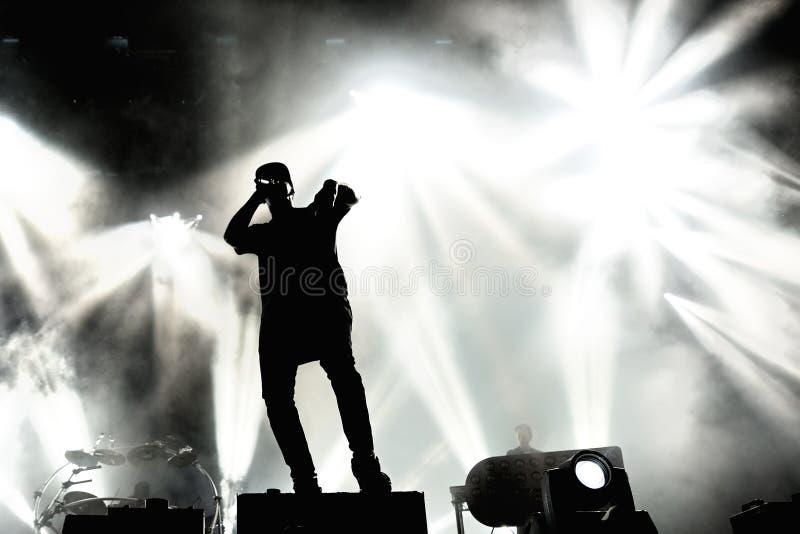 Produktionsduoband der elektronischen Musik der Verfolgung u. des Status britische im Konzert an FLUNKEREI Festival stockbilder