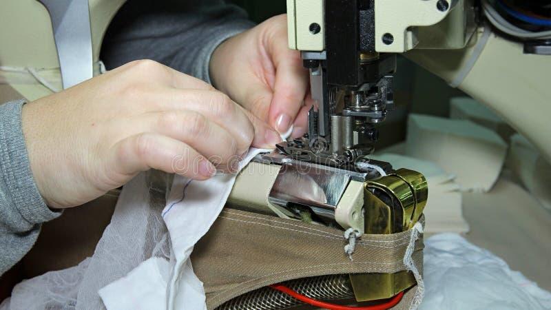 Produktionslinje av en plaggfabrik royaltyfri fotografi