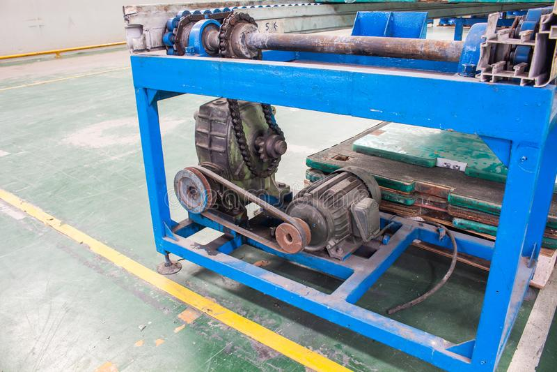 Produktionslinje för axel för drev för motor- och växellådtransportörkedja av fabriken royaltyfri foto