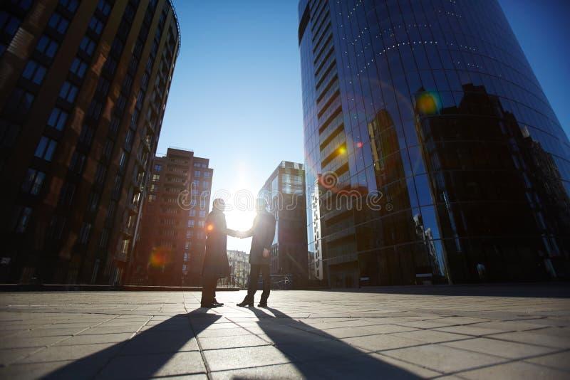 Produktive Verhandlungen mit Teilhaber stockfotografie