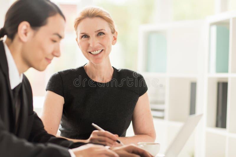 Produktivt funktionsdugligt möte av Coworkers royaltyfri bild