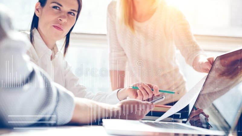 Produktpresentation Marknadsföringslag på arbete Öppet utrymmevindkontor Bärbar dator och skrivbordsarbete fotografering för bildbyråer