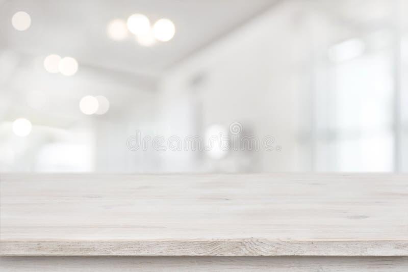 Produktskärmmallen, tömmer tabellen och suddig abstrakt rumbakgrund royaltyfri bild