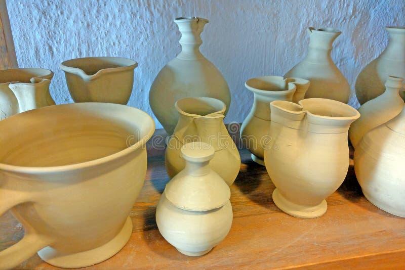 Produkty ceramiczne na półkach garncarstwa Ceramika na sprzedaż Wyroby ceramiczne na półce obrazy royalty free