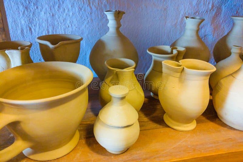 Produkty ceramiczne na półkach garncarstwa Ceramika na sprzedaż Wyroby ceramiczne na półce zdjęcie royalty free